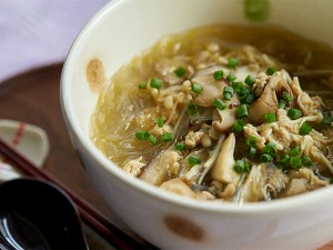 夜に食べてもヘルシー!きのこたっぷり春雨スープ