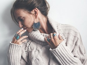 首のチクチク…不快感を防止する素材選びと着こなし&ネックケアのススメ!