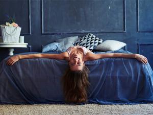 ジメッとして悩ましい夜…寝つきを良くする寝る前ストレッチ&習慣